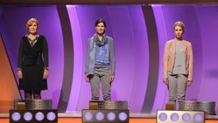 3 Damen stehen in der Sag die Wahrheit-Kulisse