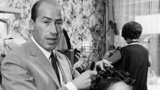 Erwin Müller frisiert eine Kundin im Friseursalon