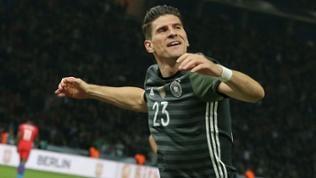 Der Deutsche Mario Gomez bejubelt sein Tor zum 2:0 gegen England