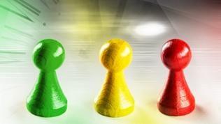 Spielfiguren in den Farben, rot, gelb, frün