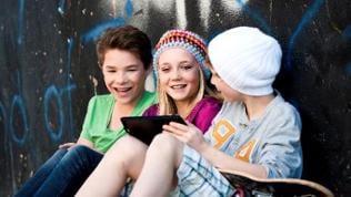 Drei Teenager mit Tblet