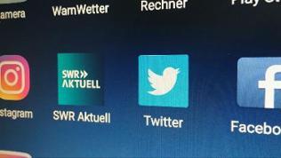 Logos von Twitter, Facebook und Instagram auf einem Smartphone