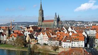 Die Stadtansicht von Ulm wird vom Münster mit dem höchsten Kirchturm der Welt dominiert (Archivfoto vom 22.01.2003).