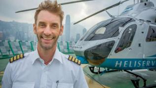 Nahaufnahme Lachender Mann vor Helikopter