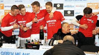 Nach dem 2:1-Sieg über den SC Paderborn enterten die Spieler des SC Freiburger das Podium bei der Presse-Konferenz, um mit ihrem Trainer Christian Streich den Aufstieg in die Bundesliga zu feiern.
