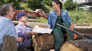 Ludwig, Toni und Sophie bei den Holzstämmen hinter dem Sägewerk
