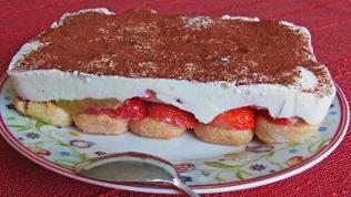 Tiramisu-Schnitte mit Erdbeeren und dicker Creme mit Kakao bestäubt