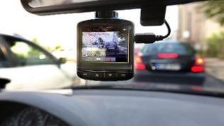 Eine Dash-Cam, befestigt an der Windschutzscheibe eins Autos, filmt den Straßenverkehr.