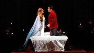 Bühnenbild: Elsa und Lohengrin