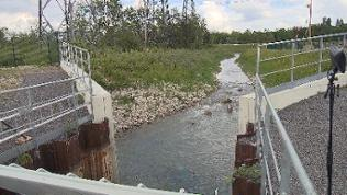 Fluss und Staumauer