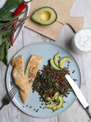 Linsensalat mit Avocado und Naan