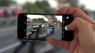 Gaffer Schaulustige fotografieren bei einem Rettungseinsatz mit der Handykamera Symbolfoto
