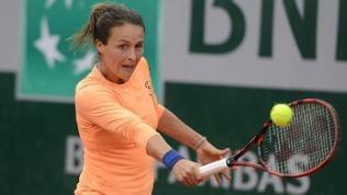 Tennisspielerin Tatjana Maria schlägt den Ball übers Netz.