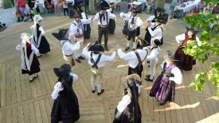 Volkstanzgruppe tanzt um die Tanzlinde in Öhringen