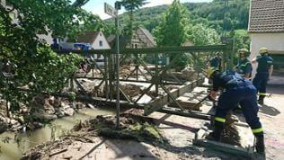 THW-Einsatzkräfte beim Brückenbau