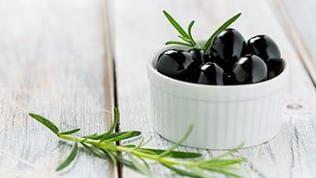 Schwarze Oliven als Antipasti