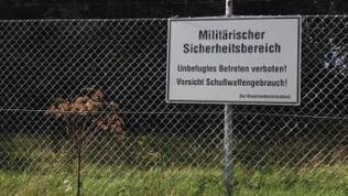 Schild am Zaun der stillgelegten Zollernalb-Kaserne