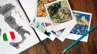 Ein Notizbuch mit einer gezeichneten Karte von Italien und mehreren Polaroid-Bildern von Küsten und Essensgerichten.