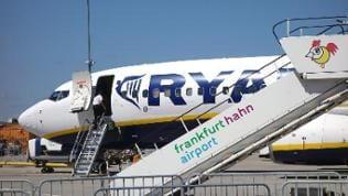 Eine Maschine von RyanAir steht auf dem Rollfeld des Flughafens Hahn.