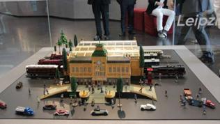 Der Leipziger Bahnhof aus bedrucktem Blech, der erweiterbar wäre auf insgesamt 18 Gleise