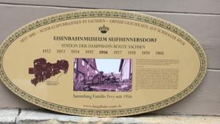 Vor dem Museum ist auf der Tafel die Geschichte von der Metzgerei zu Museum und Modellbau beschrieben