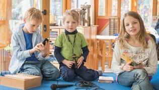 Kinder mit Aufnahmegeräten