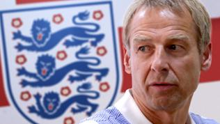 "US national soccer team head coach Jurgen Klinsmann of Germany im Hintergrund das  ""Three Lions"" Logo"