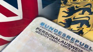 Union Jack, Baden-Württembergflagge und ein deutscher Personalausweis