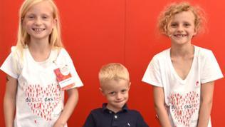 Drei Kinder vor der Herzenssache Fotowand