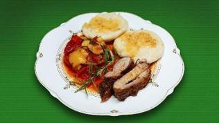 Lammrücken mit Kartoffelgratin mit mediterranem  Gemüse und Hefeknöpfen