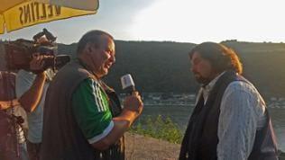 Mann interviewt anderen Mann