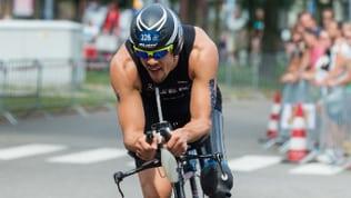Der Triathlet Stefan Lösler auf dem Rennrad