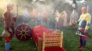 Die Alamannen bahrten ihre Toten bis zur Bestattung im Freien auf. (Spielszene)