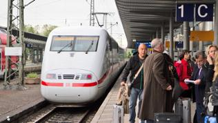 Bahnhof Freiburg mit ICE und wartenden Reisenden
