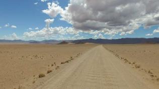 Endlose Sandpiste und tiefe Wolken