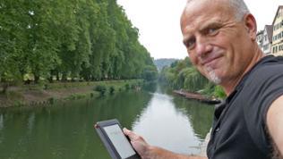 Harry Röhrle mit einem E-Book Reader
