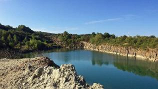 See in einem Steinbruch