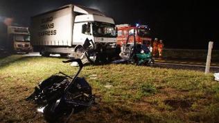Ein zerstörter PKWsteht am 27.09.2016 auf der Autobahn A81 bei Geisingen (Baden-Württemberg) vor einem LKW.