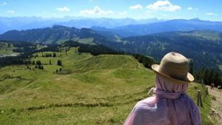 Wanderer nahe des Gipfels vom Riedberger Horn