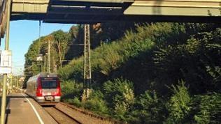 Fußgängerbrücke die über Gleise führt