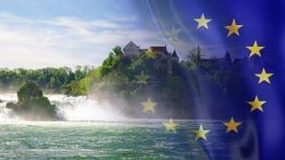 Die Rheinfälle in Schaffhausen und eine Europa-Flagge