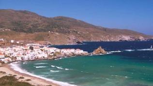 Ort an Meeresküste vor bergiger Landschaft