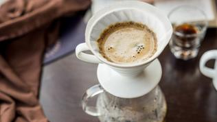 Ein Kaffeefilter aus Porzellan.