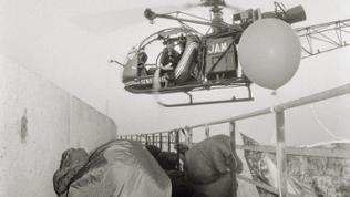 Hubschrauber der Gendarmerie fliegt über Kraftwerk