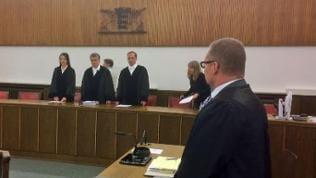 Richter und Verteidiger im Landgericht Mosbach stehend