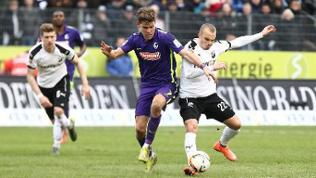 Florian Niederlechner (SC Freiburg) im Zweikampf mit Korbinian Vollmann (SV Sandhausen) beim Spiel SV Sandhausen gegen SC Freiburg am 21.02.2016 in der 2. Fussball Bundesliga