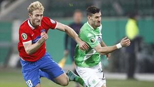 Sebastian Griesbeck vom 1. FC Heidenheim im Zweikampf mit Daniel Caliguri vom VfL Wolfsburg