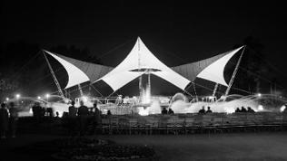 Nachtansicht eines Tanzbrunnens auf der Landesgartenschau 1957 in Köln