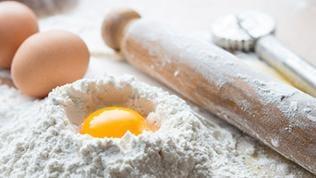 Teigzutaten, Eier, Mehl, Sieb, Teigroller