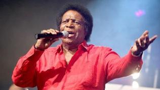 Der Schlagersänger Roberto Blanco in rotem Hemd